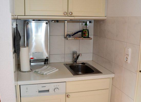 Die Einbauküche lädt zum Zubereiten und Essen ein